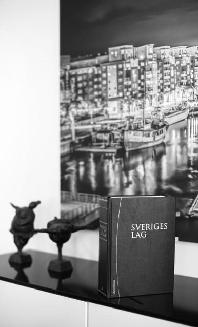 Svensk lagbok framför bild över Hammarbyhamnen
